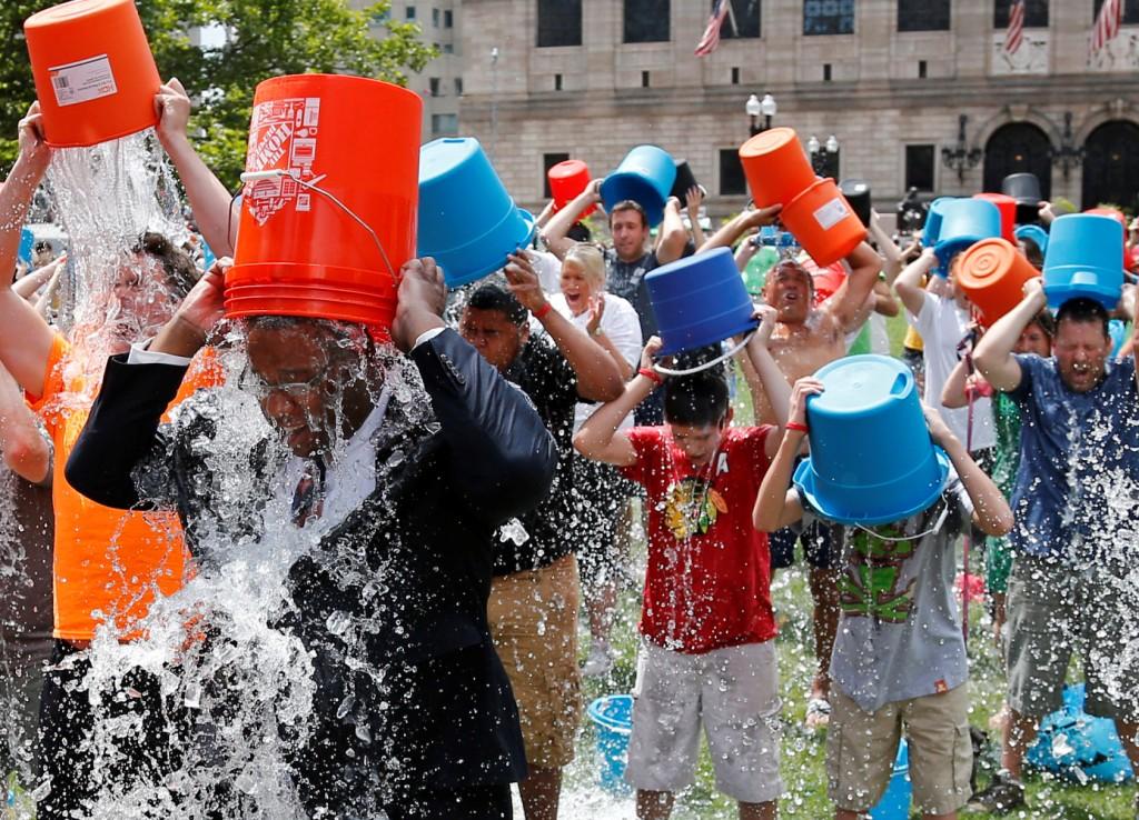 Ice bucket challenge,  il fenomeno virale per far beneficenza.